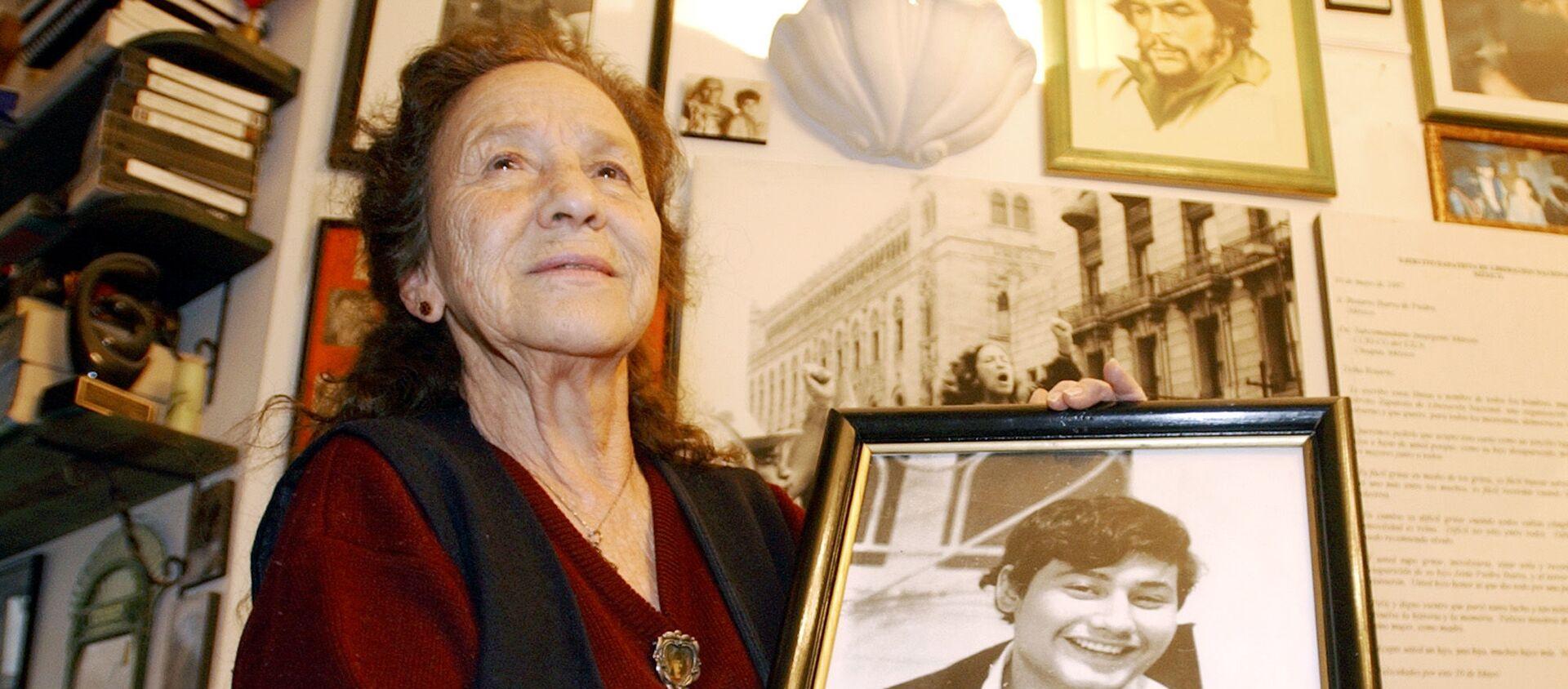 Rosario Ibarra de Piedra con un retrato de su hijo, Jesús Piedra Ibarra - Sputnik Mundo, 1920, 09.10.2019