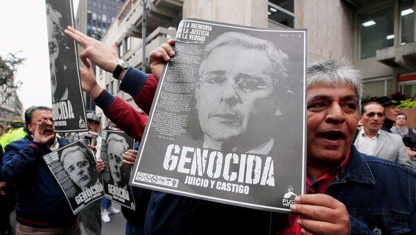 Manifestantes con retratos de Álvaro Uribe - Sputnik Mundo