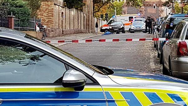 Полиция патрулирует район в немецком городе Галле, где неизвестные открыли стрельбу по людям - Sputnik Mundo