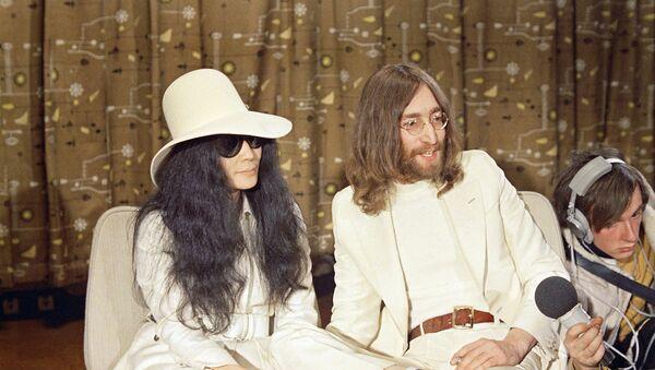John Lennon junto a su esposa, Yoko Ono - Sputnik Mundo