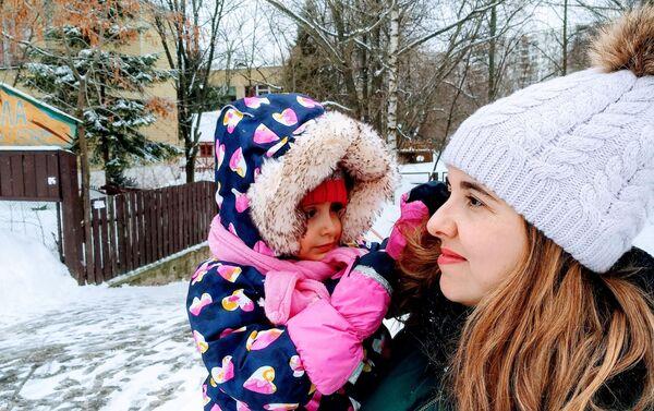 Jana Pérez con su hija Matilda - Sputnik Mundo