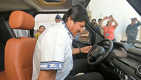 El presidente de Bolivia, Evo Morales, probando un coche eléctrico ensamblado en la ciudad Cochabamba - Sputnik Mundo