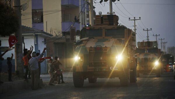 Un convoy de blindados turcos en la frontera turco-siria - Sputnik Mundo