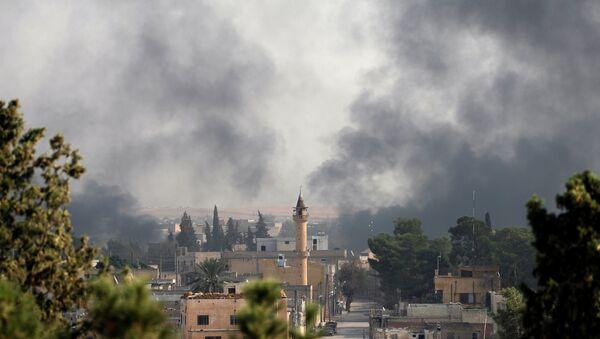 El humos sobre la ciudad turca de Akcakale  - Sputnik Mundo