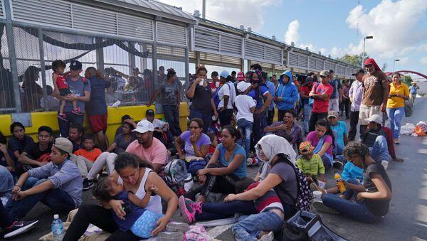 Migrantes protestando en el puente internacional que conecta a la ciudad de Matamoros, México, con Brownsville, EEUU - Sputnik Mundo