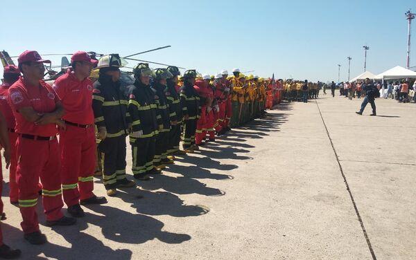 Los bomberos bolivianos de despidan del avión contraincendios ruso Il-76 - Sputnik Mundo