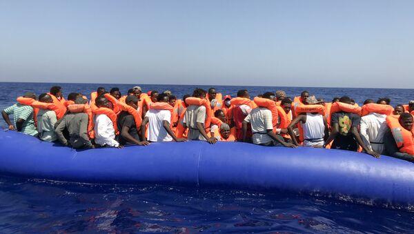 Migrantes en aguas del Mediterráneo - Sputnik Mundo