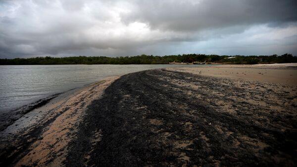 Petróleo en una playa brasileña - Sputnik Mundo