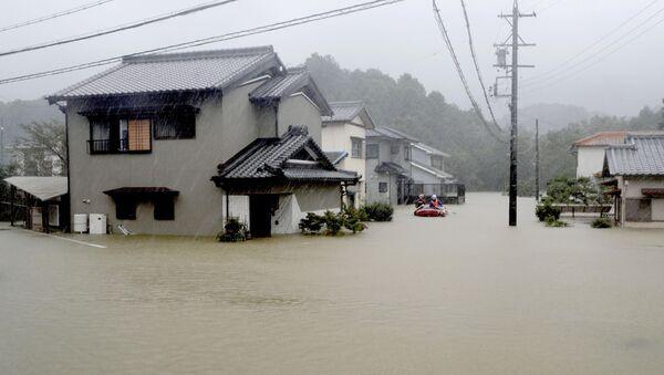 Las fuertes lluvias causadas por el tifón Hagibis inundan un área residencial en Ise (Japón) - Sputnik Mundo