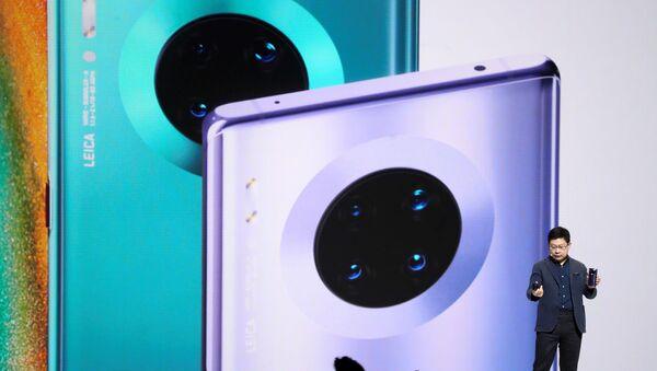 Richard Yu, director de Huawei, revela el nuevo teléfono de la marca - Sputnik Mundo