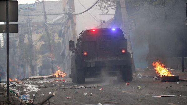 Un coche de la Policía durante las protestas en Ecuador - Sputnik Mundo