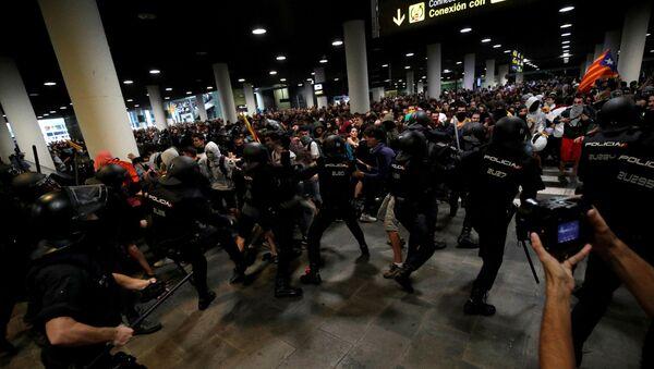 Policía catalana y los manifestantes durante las protestas en el Aeropuerto de Barcelona - Sputnik Mundo