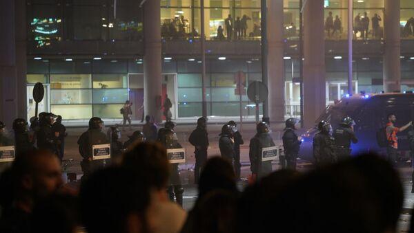 Los Mossos d'Esquadra en el Aeropuerto de El Prat, Barcelona - Sputnik Mundo
