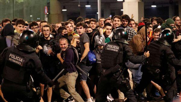 Choques entre la Policía y los manifestantes independentistas en el Aeropuerto de Barcelona-El Prat, el 14 de octubre de 2019 - Sputnik Mundo