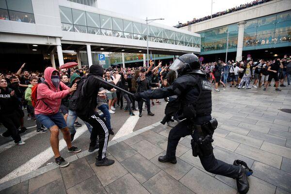 Barcelona se llena de protestas tras las polémicas condenas a los líderes catalanes  - Sputnik Mundo