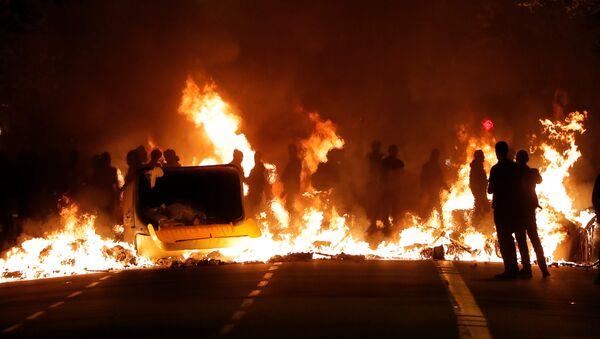 Incendios en Barcelona durante las masivas protestas en contra de la sentencia a los líderes independentistas, el 15 de octubre de 2019 - Sputnik Mundo
