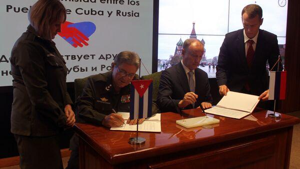 Nikolái Pátrushev (derecha)  junto al vicealmirante cubano Julio Gandarilla, ministro del Interior - Sputnik Mundo