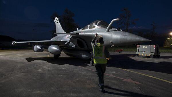 Un caza de Francia Dassault Rafale se prepara para bombardear el territorio sirio, el 14 de abril de 2018 - Sputnik Mundo