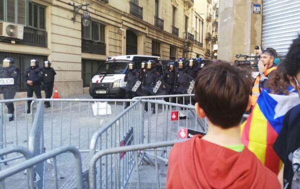 Los manifestantes y la Policía en Barcelona - Sputnik Mundo