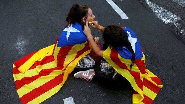 Los manifestantes con la bandera independista de Cataluña se alistan para las protestas - Sputnik Mundo
