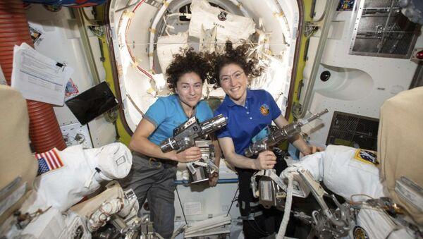 Las astronautas Christina Koch y Jessica Meir - Sputnik Mundo