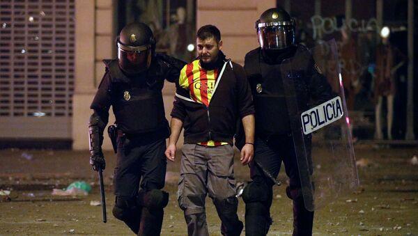 Un detenido por la policía durante los disturbios en Barcelona - Sputnik Mundo