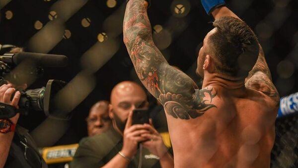 Daniel Pineda, luchador estadounidense de artes marciales mixtas, celebra una victoria  - Sputnik Mundo