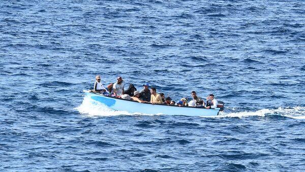 Migrantes cerca de las costas de Italia - Sputnik Mundo