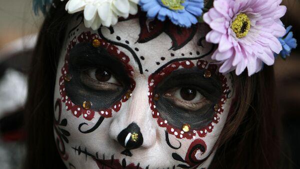 Una modelo maquillada de una Catrina mexicana (imagen referencial) - Sputnik Mundo
