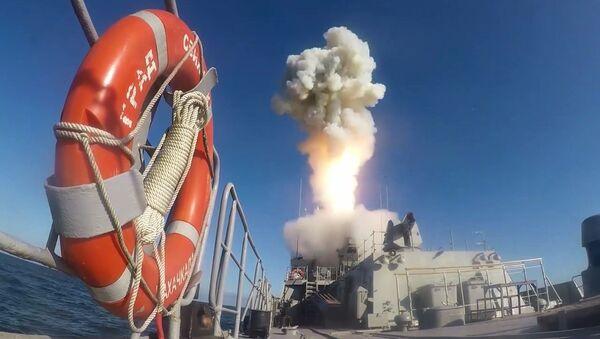 Un lanzamiento del misil Kalibr durante las maniobras Grom 2019 - Sputnik Mundo