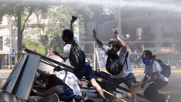 Manifestantes durante las protestas contra el Gobierno chileno en Santiago - Sputnik Mundo