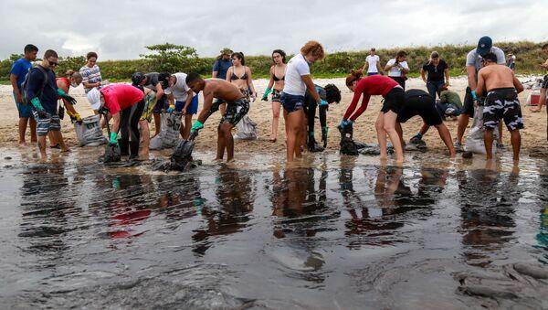 Las tareas de limpieza del petróleo en la playa de Brasil - Sputnik Mundo