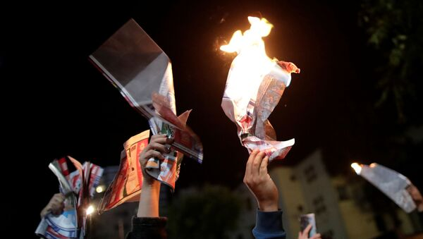 Los partidarios del candidato presidencial boliviano Carlos Mesa queman papeletas durante una protesta en La Paz, Bolivia - Sputnik Mundo