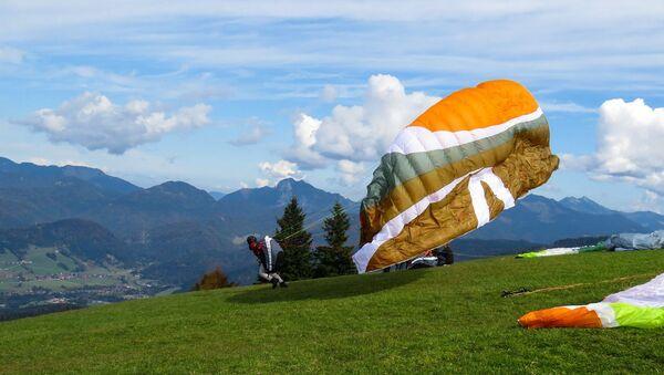 Un hombre con paracaídas  - Sputnik Mundo