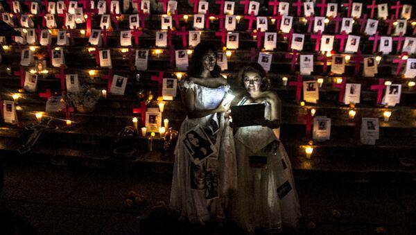 Altar a las víctimas de feminicidio de México colocado en el Ángel de la Independencia el 1 de noviembre de 2018 - Sputnik Mundo
