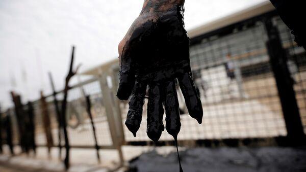 Una mano con petróleo - Sputnik Mundo