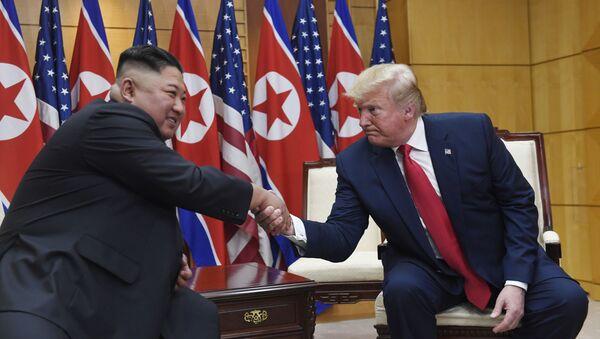 Los líderes norcoreano y estadounidense, Kim Jong-un y Donald Trump - Sputnik Mundo