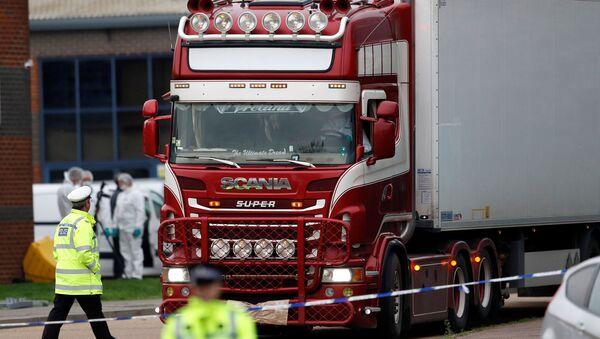 El camión donde hallaron los cuerpos en Essex, el Reino Unido - Sputnik Mundo