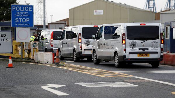 Vehículos funerales llegan al puerto donde fueron encontrados 39 cadáveres, Essex, Reino Unido - Sputnik Mundo
