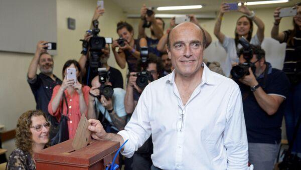 Daniel Martínez, candidato por el Frente Amplio emite su voto en las elecciones generales de Uruguay - Sputnik Mundo