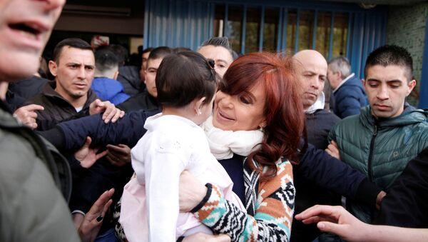La candidata a la vicepresidencia argentina Cristina Fernández junto a una niña en Río Gallegos, Santa Cruz - Sputnik Mundo