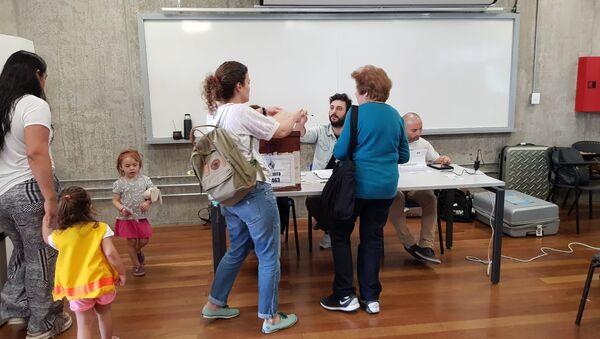 Sufragantes emitiendo su voto en el circuito 463 de la Escuela Universitaria Técnica Médica, Montevideo - Sputnik Mundo