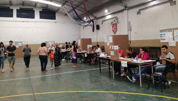 Electores argentinos esperan para votar en una escuela electoral de la ciudad de Buenos Aires - Sputnik Mundo