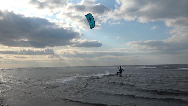 Un kitesurfista ruso cruza el estrecho entre su país y Japón - Sputnik Mundo