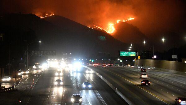 El incendio forestal cerca de Los Ángeles - Sputnik Mundo