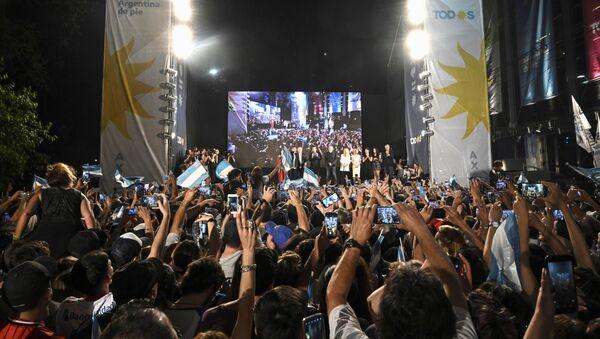 Argentinos celebrando la victoria del candidato presidencial Alberto Fernández - Sputnik Mundo
