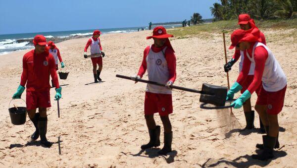 Trabajadores municipales limpiando de petróleo la playa de Mata de Sao Joao, Brasil - Sputnik Mundo