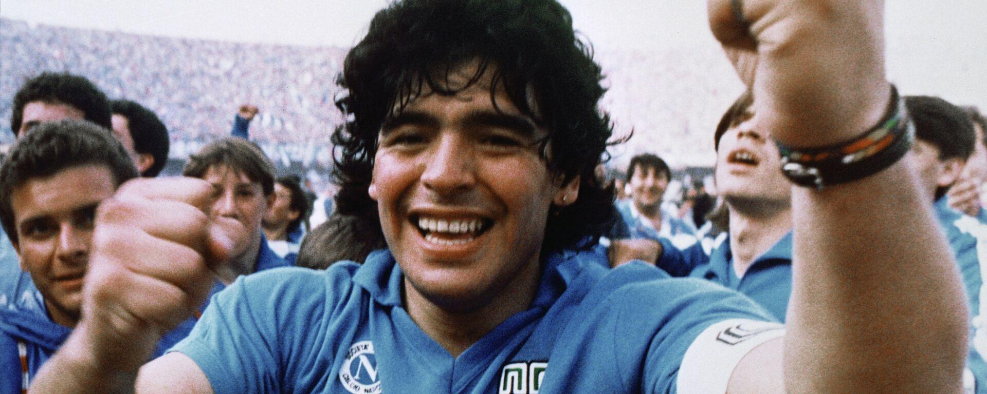 Диего Марадона после победы клуба Наполи в чемпионате Италии, 1987 - Sputnik Mundo, 1920, 14.09.2021
