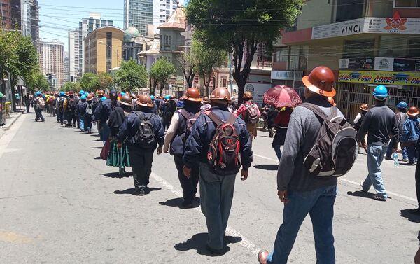 Miles de manifestantes bajaron de la ciudad de El Alto a La Paz para respaldar a Evo Morales  - Sputnik Mundo