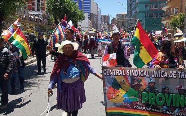 Manifestantes por las calles de La Paz en respaldo a Evo Morales  - Sputnik Mundo